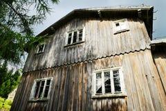 Fachada de una casa de madera asustadiza abandonada vieja Fotos de archivo libres de regalías