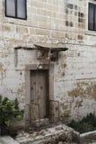 Fachada de una casa muy vieja en La Valeta, Malta Imágenes de archivo libres de regalías