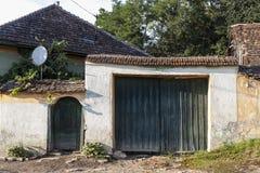 Fachada de una casa vieja en Nadpatak, Transilvania, Rumania imágenes de archivo libres de regalías