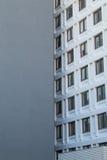 Fachada de una casa de vivienda con las ventanas en parte mostradas Imágenes de archivo libres de regalías
