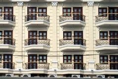 Fachada de una construcción de viviendas de varios pisos Imagen de archivo libre de regalías