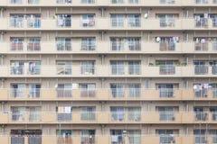 Fachada de una construcción de viviendas en Japón fotos de archivo