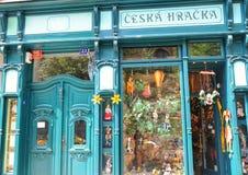 Fachada de una tienda tradicional vieja de las marionetas en Praga Foto de archivo