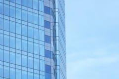 A fachada de vidro de um arranha-céus com uma reflexão de espelho de janelas do céu Fotos de Stock Royalty Free
