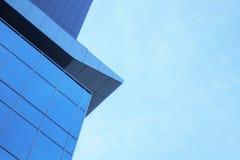 A fachada de vidro de um arranha-céus com uma reflexão de espelho de janelas do céu Fotografia de Stock