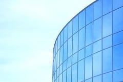 A fachada de vidro de um arranha-céus com uma reflexão de espelho de janelas do céu Foto de Stock