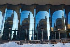 A fachada de vidro do vidro azul curvado Fotos de Stock