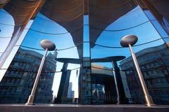 A fachada de vidro do vidro azul curvado Imagens de Stock
