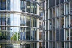 Fachada de vidro de um prédio de escritórios em Berlim fotografia de stock royalty free