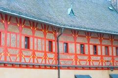 Fachada decorada alaranjada do castelo medieval Karlstejn em checo com referência a fotos de stock royalty free