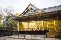 Fachada decorada rica do santuário de Toshogu no parque de Ueno (Uenokoen) no Tóquio, Japão fotos de stock