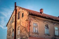 Fachada decrépita da casa velha do tijolo fotos de stock