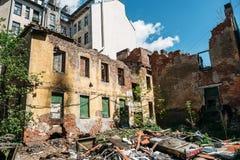 Fachada del edificio abandonado demolido destruido viejo Fotos de archivo