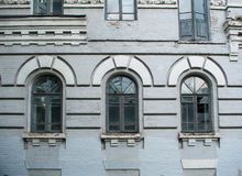 Fachada del edificio abandonado viejo con tres ventanas arqueadas grandes imagenes de archivo