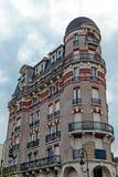 Fachada del edificio adornada con el ladrillo rojo y amarillo en París Foto de archivo