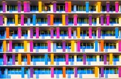 Fachada del edificio colorido pintada con el modelo de la repetición Imágenes de archivo libres de regalías