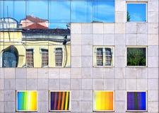 Fachada del edificio con las reflexiones de las ventanas Imagen de archivo