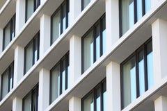 Fachada del edificio con las ventanas imagenes de archivo