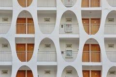 Fachada del edificio con muchas puertas y modelo oblongo Wa Imágenes de archivo libres de regalías
