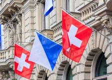 Fachada del edificio de Credit Suisse, adornada con las banderas Fotos de archivo