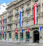 Fachada del edificio de Credit Suisse, adornada con las banderas Imagen de archivo