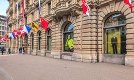Fachada del edificio de Credit Suisse adornado con las banderas Fotografía de archivo libre de regalías