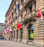 Fachada del edificio de Credit Suisse adornado con las banderas Imagen de archivo
