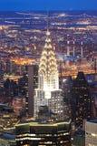 Fachada del edificio de Crysler en la noche con el cielo claro Fotos de archivo libres de regalías