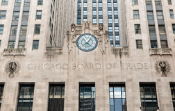 Fachada del edificio de la junta de comercio con un reloj en Chicago Foto de archivo libre de regalías