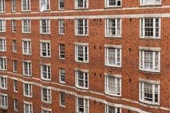 Fachada del edificio de ladrillo - exterior constructivo de la vivienda, Inglaterra fotografía de archivo