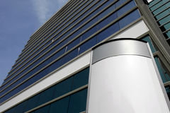 Fachada del edificio de oficinas fotos de archivo