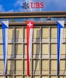 Fachada del edificio de UBS adornado con las banderas Imagenes de archivo