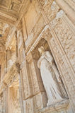 Fachada del edificio del griego clásico con la estatua femenina Imagen de archivo