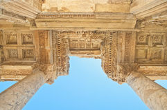 Fachada del edificio del griego clásico del ángulo bajo Fotos de archivo libres de regalías