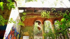 Fachada del edificio destruido viejo metrajes