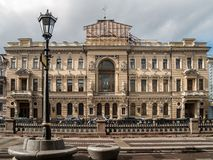 Fachada del edificio en el canal de Griboedov en la ciudad del St Imágenes de archivo libres de regalías