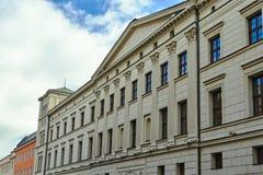 Fachada del edificio en el estilo neoclásico con un pórtico coronado con un tímpano triangular imagenes de archivo