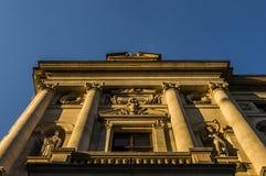 Fachada del edificio en puesta del sol Foto de archivo libre de regalías