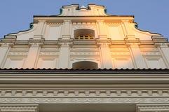 Fachada del edificio histórico (opinión de ángulo inferior) fotografía de archivo libre de regalías