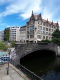Fachada del edificio por el puente en el área de Alexanderplatz de Berlín en Alemania imagen de archivo