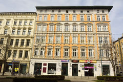Fachada del edificio residencial/comercial amarillo en la esquina de Breiter Weg y de Keplerstrasse en Magdeburgo Foto de archivo