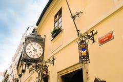 Fachada del edificio y del reloj de la cervecería famosa y antigua de U Fleku foto de archivo