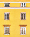 Fachada del edificio y ventanas viejas con bli de madera clásico de los obturadores Imagenes de archivo