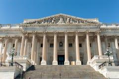 Fachada del este del edificio del capitolio de Estados Unidos en luz del día con la gente fotos de archivo