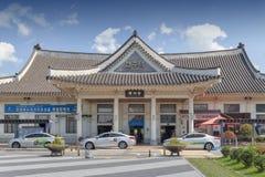 Fachada del ferrocarril de Jeonju construido en la arquitectura coreana tradicional situada en Deokjin-gu, Jeonju, Corea del Sur foto de archivo