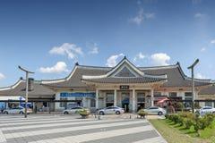 Fachada del ferrocarril de Jeonju construido en la arquitectura coreana tradicional situada en Deokjin-gu, Jeonju, Corea del Sur imagenes de archivo