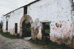 Fachada del hospital viejo abandonada en el pueblo imagen de archivo
