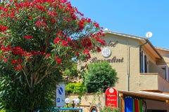 Fachada del hotel Barsalini en la pequeña ciudad pintoresca Sant Andreas foto de archivo libre de regalías