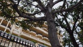 Fachada del hotel costoso en el centro turístico mediterráneo, vacaciones cómodas, viaje almacen de metraje de vídeo