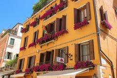Fachada del hotel pintoresco de Agli Alboretti en Venecia, Italia fotos de archivo libres de regalías